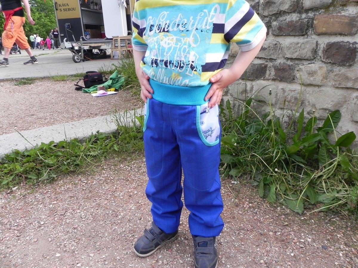 1704968f644 Jarní královsky modré softshellové kalhoty – Potvor - pomáhat tvořit