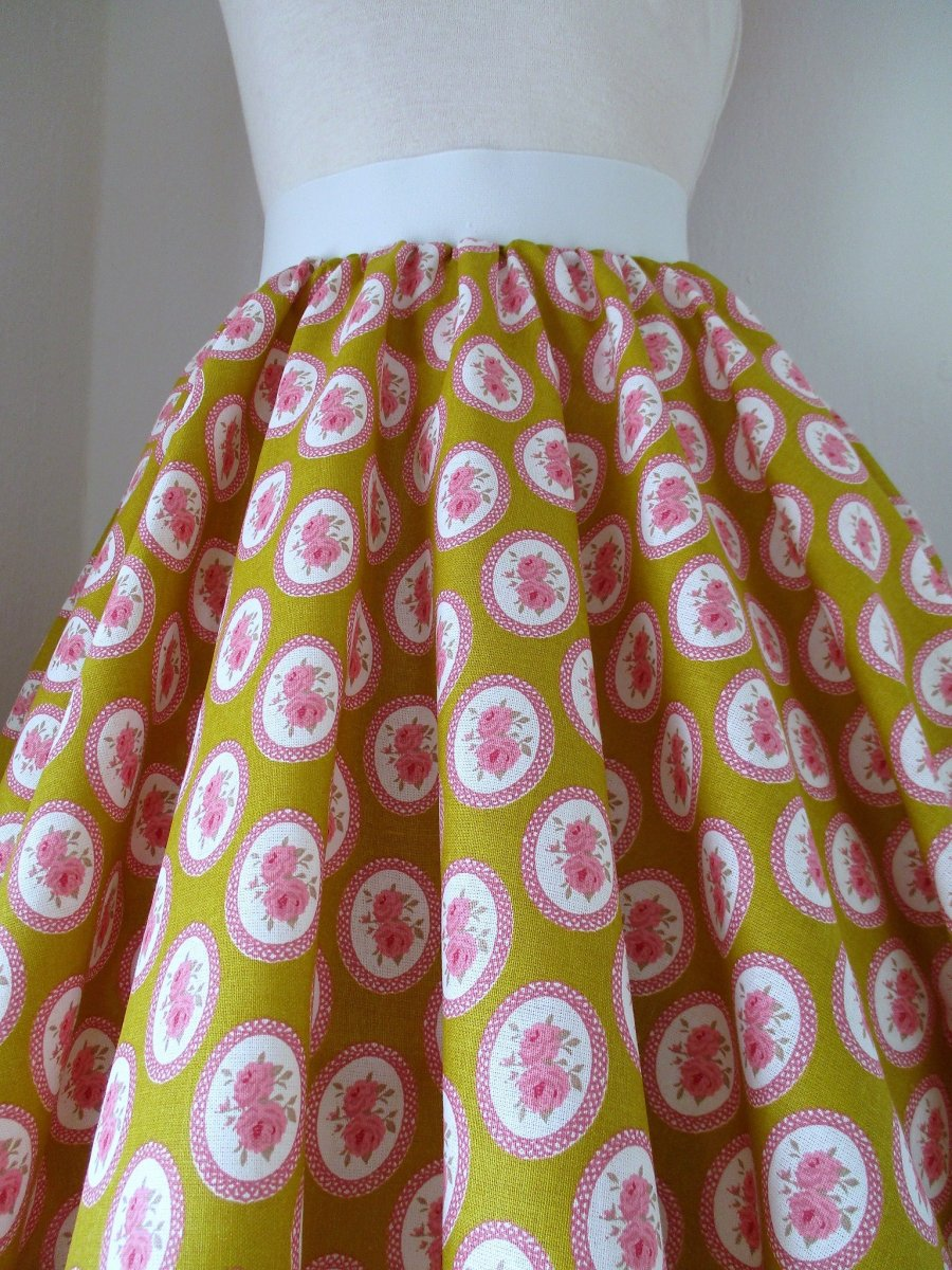 3e1857158073 Kolová sukně růžička v medové – Potvor - pomáhat tvořit