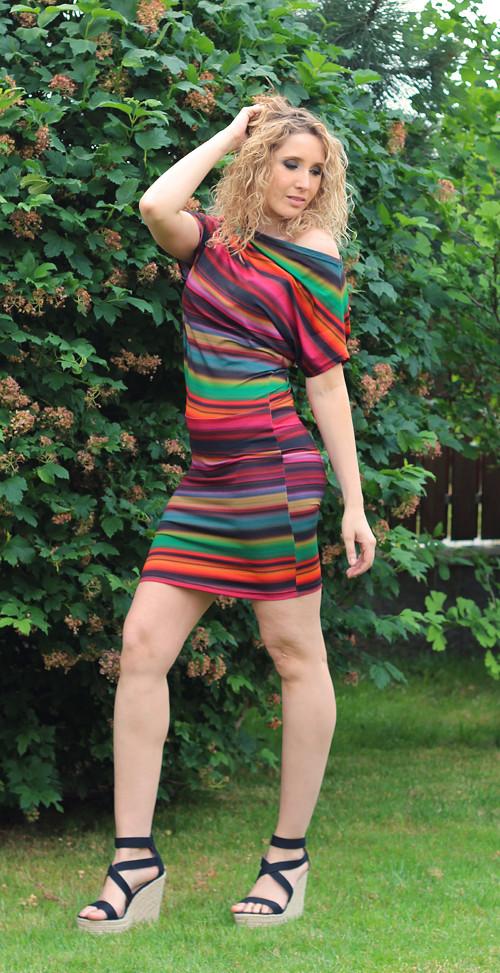 Pruhované asymetrické šaty - krátké – Potvor - pomáhat tvořit 7990637ba5