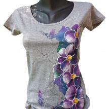 e8a383c7582 Šedé tričko s maceškami-ručně malované