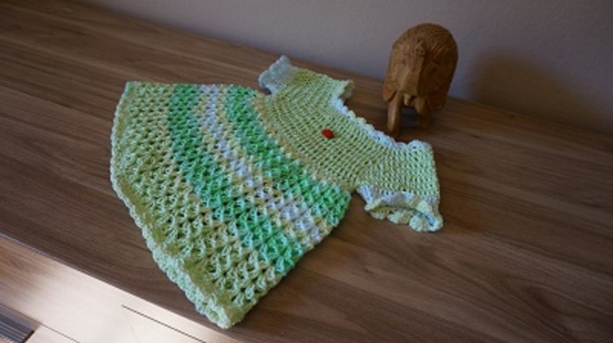 Háčkované zelené šatičky pro holčičku. – Potvor - pomáhat tvořit 2b56a84009
