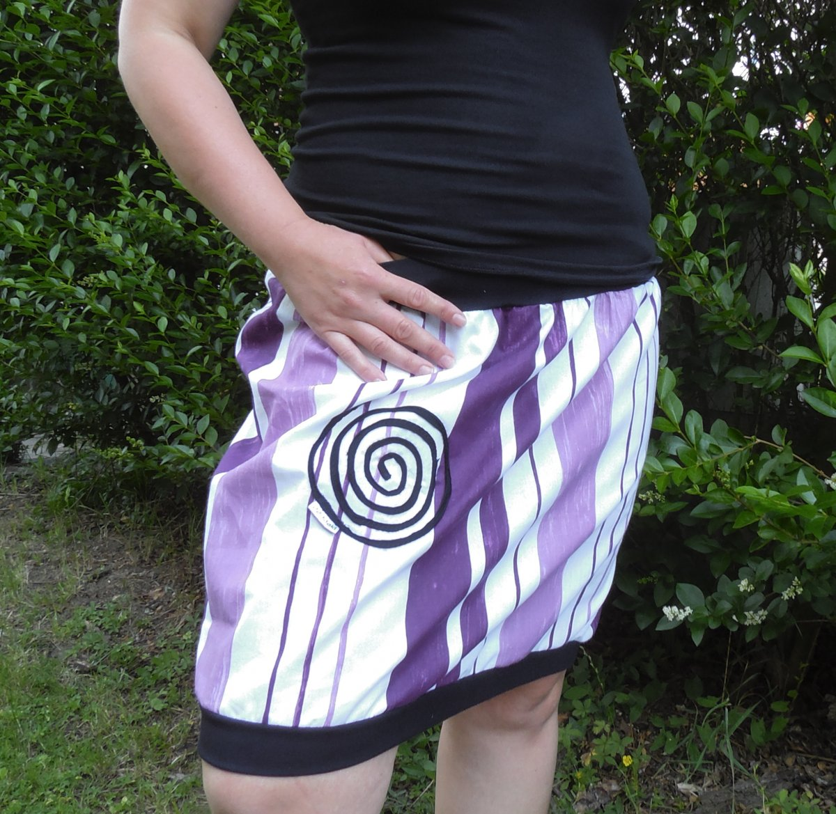 sukně balonová pruhy fialovo bílé – Potvor - pomáhat tvořit 1eb8a32cf4