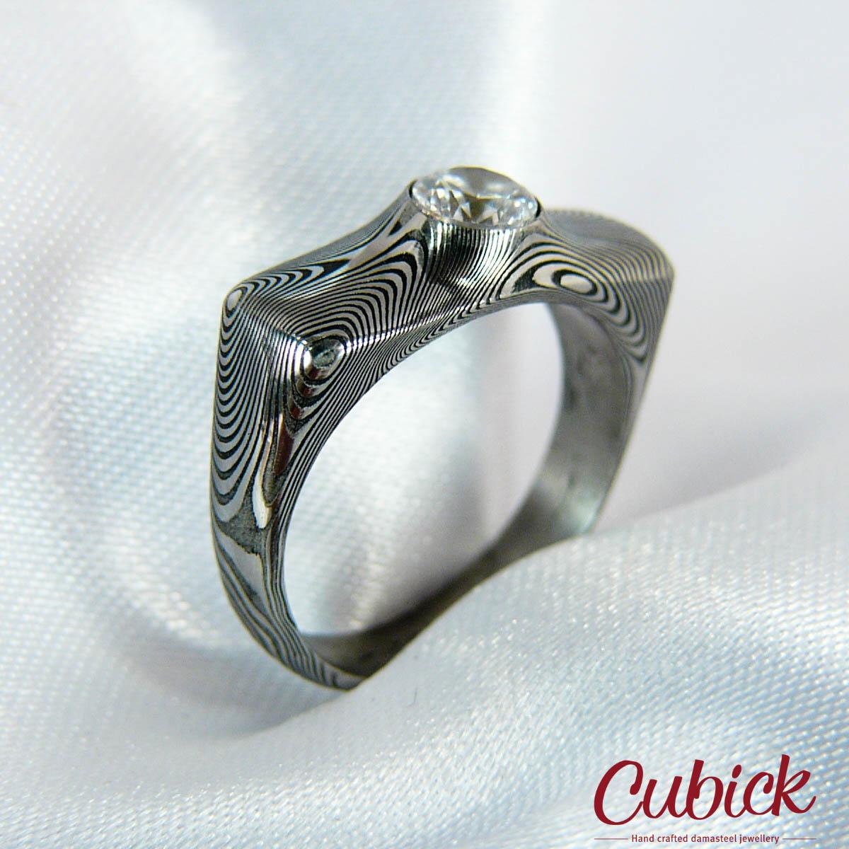 Grassiris- originální ručně kovaný prsten z damascénské oceli osazený  zirkonem d1608a1eb0