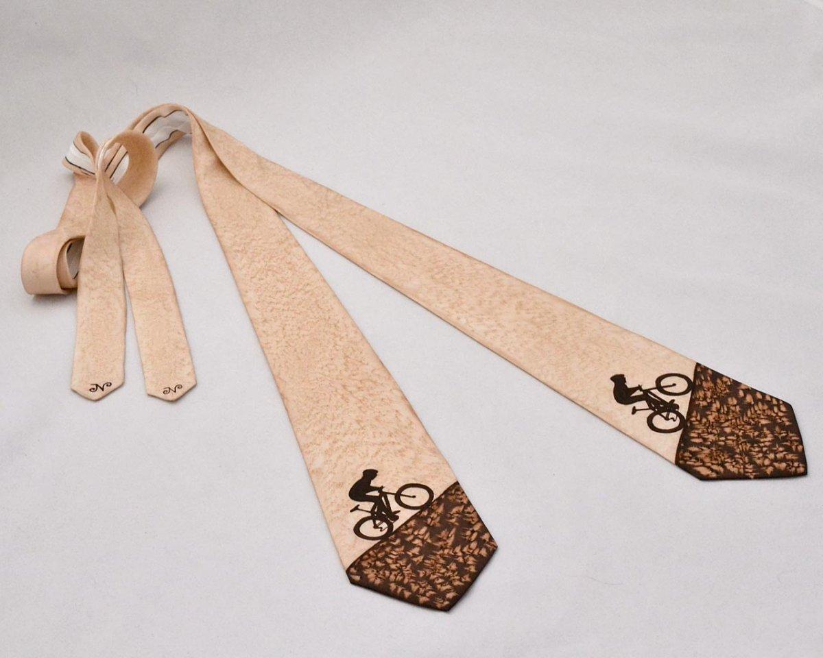 a870d5b11b9 Hedvábná kravata s cyklistou hnědo-béžová – Potvor - pomáhat tvořit