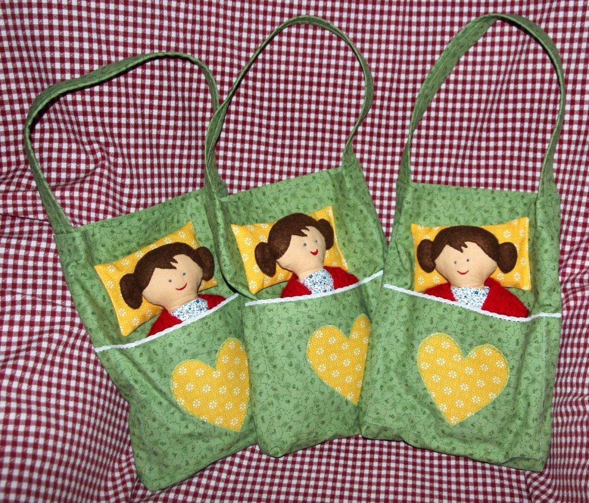 e51a06605f8 Ručně šitá panenka s taškou   postýkou a oblečním – Potvor - pomáhat ...