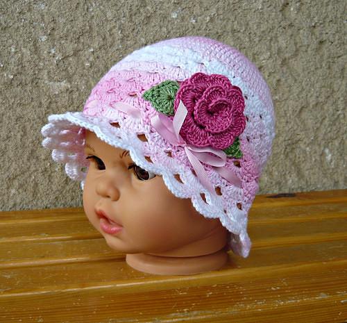 70f630fb180 Háčkovaný klobouček růžovo-bílý s růžičkou  -) – Potvor - pomáhat tvořit
