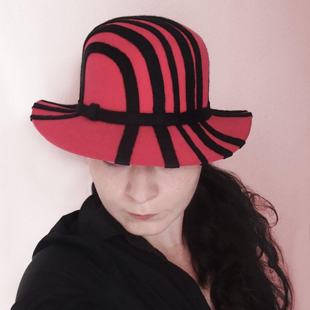 53ec8cd5fb0 Dámský plstěný klobouk červeno-černý – Potvor - pomáhat tvořit